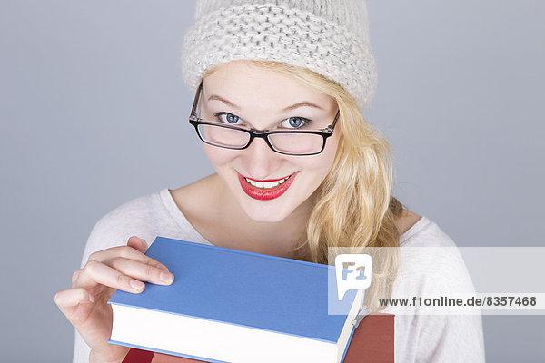 Porträt einer jungen Frau mit Büchern