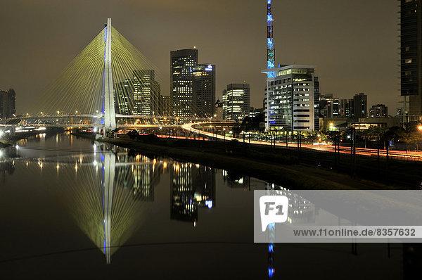 Brasilien  Sao Paulo  Bezirk Morumbi  Wolkenkratzer  Finanzzentrum  Brücke Octavio Frias de Oliveira