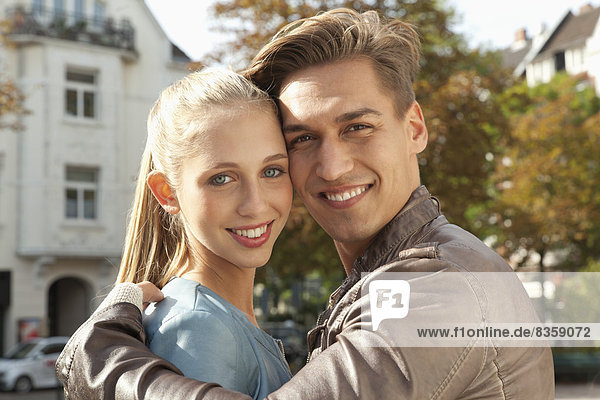 Porträt eines umarmenden jungen Paares  Nahaufnahme
