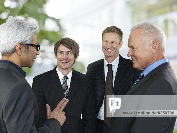 Gespräch von vier Geschäftsleuten