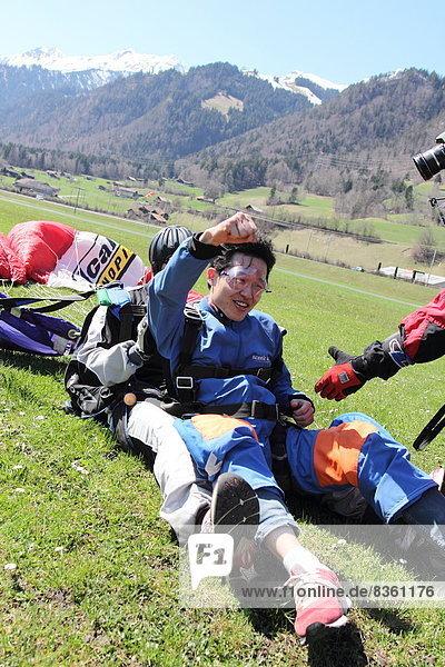 Fallschirmspringer landen  Interlaken  Bern  Schweiz  Europa