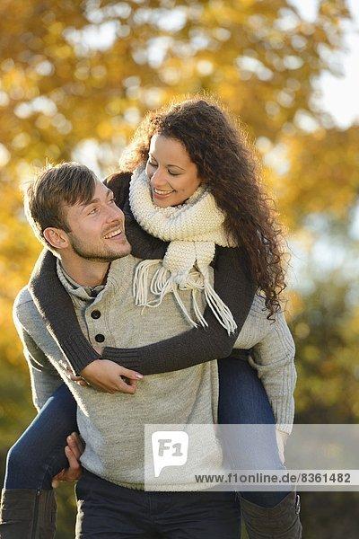 Fröhliches Paar im Herbst