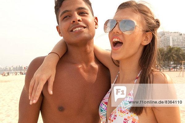 Junges Paar in freundlicher Umarmung am Strand