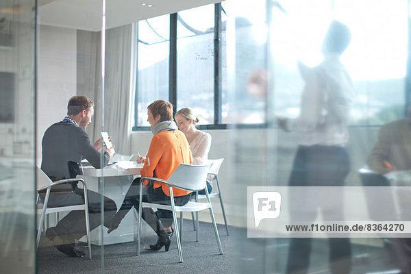 Geschäftsleute treffen sich am Konferenztisch