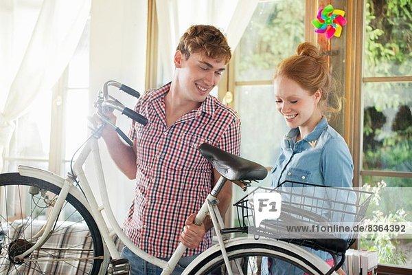 Porträt eines Ehepaares mit Fahrrad