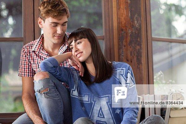 Porträt eines Paares  Frau lehnt auf dem Knie eines Mannes