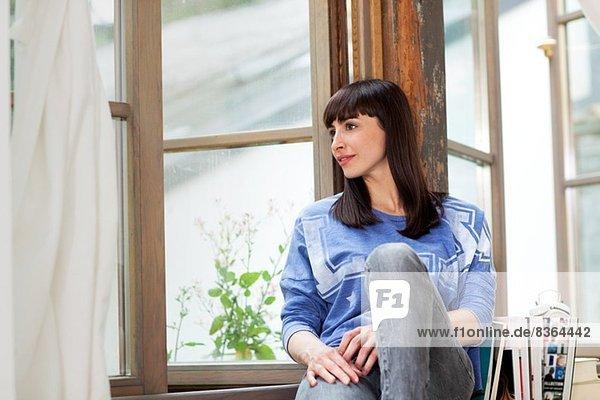 Frau auf der Fensterbank