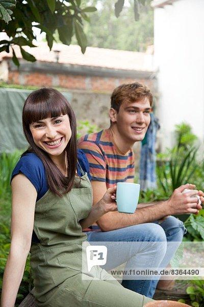 Paar im Garten lächelnd