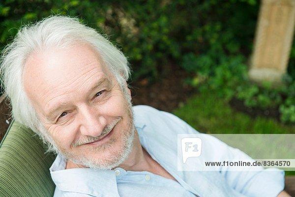 Porträt eines älteren Mannes mit grauen Haaren  hoher Winkel