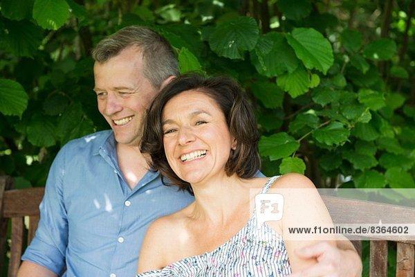 Porträt eines reifen Paares beim Lachen