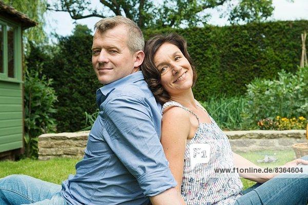 Porträt eines reifen Paares Rücken an Rücken