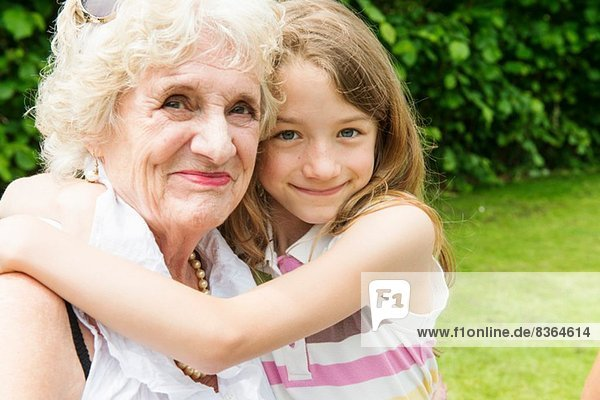 Portrait von Großmutter und Enkelin beim Umarmen