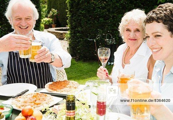Gruppe von Menschen  die gerne im Freien essen und trinken.