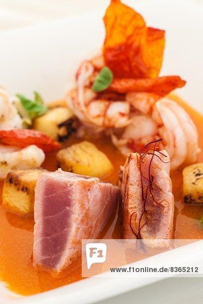 Stilleben mit Fleisch  Kartoffeln und Tomatensauce
