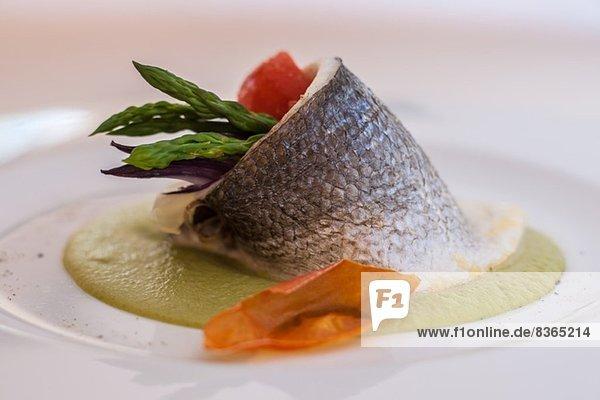 Stilleben mit Fisch gefüllt mit Spargel und Tomate