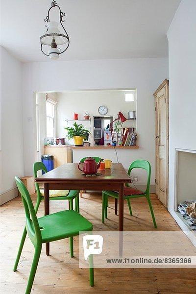 Offene Küche mit Tisch und Stühlen