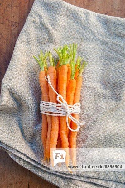 Karottenbündel mit Schnur gebunden  Stilleben
