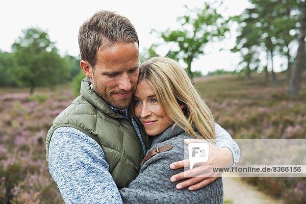 Mittleres erwachsenes Paar  das sich umarmt
