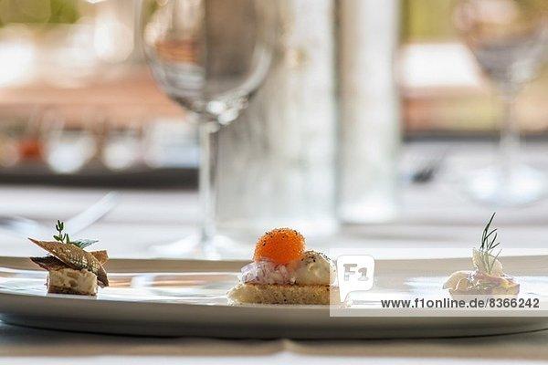 Gourmetessen auf Teller serviert