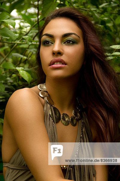 Porträt einer jungen Frau in Badeanzug und Halskette
