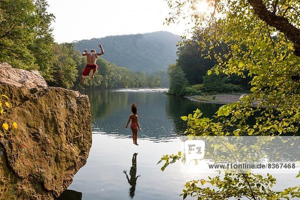 Junges Paar springt vom Felsvorsprung  Hamburg  Pennsylvania  USA