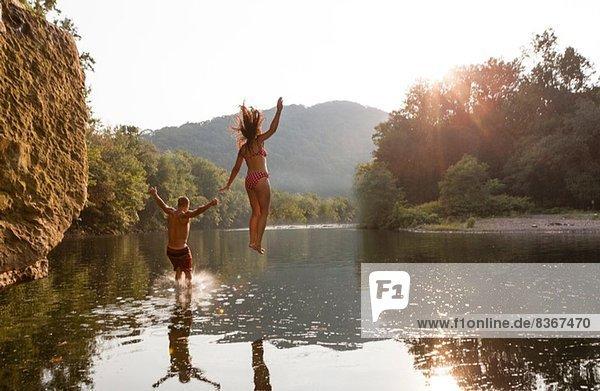 Junges Paar beim Sprung in den Fluss  Hamburg  Pennsylvania  USA