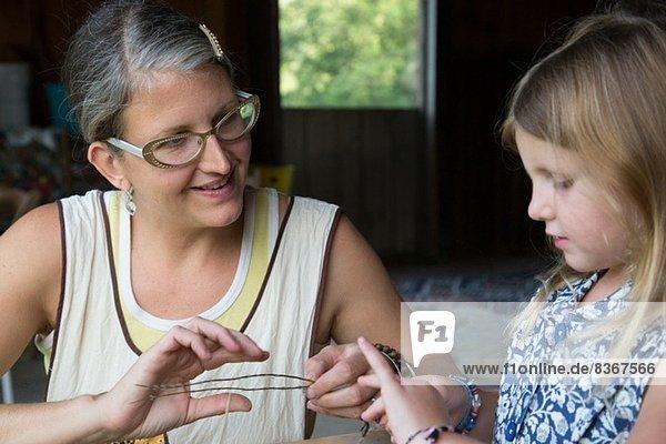 Mutter und Tochter bei der Auswahl getrockneter Kräuter