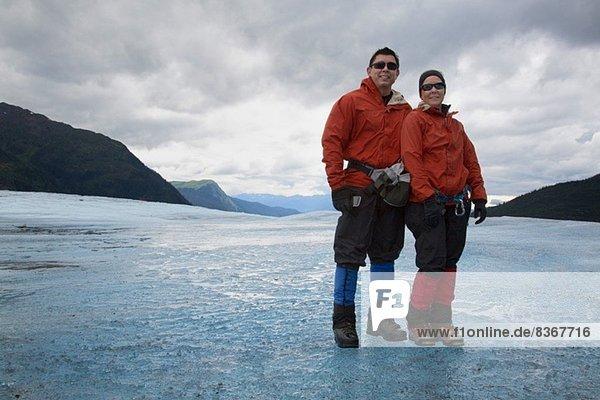 Paar am Mendenhall Glacier  Alaska  USA