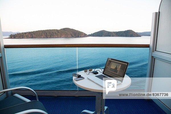Blick vom Kreuzfahrtschiff mit Laptop auf dem Tisch  Alaska  USA
