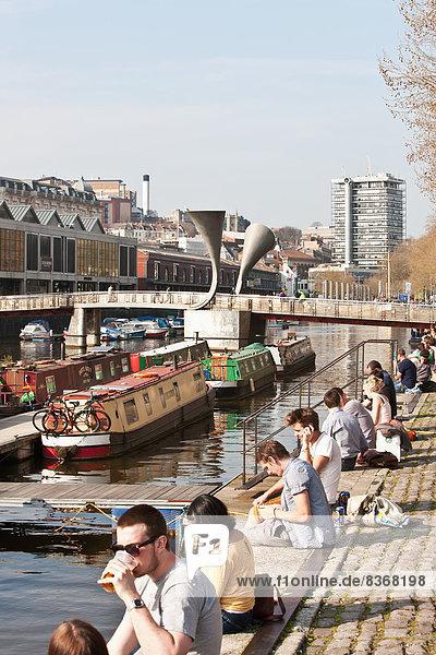 sitzend Mensch Menschen Ecke Ecken Großbritannien Ufer Brücke Hintergrund jung England