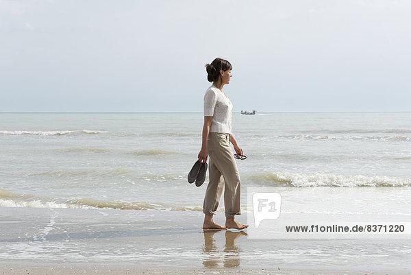 Frau  tragen  gehen  Strand  nass  Schuh  Emilia-Romangna  Italien  Rimini