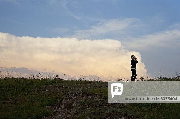 Frau  Landschaft  See  fotografieren  jung  Waterton Lakes Nationalpark  Alberta  Kanada