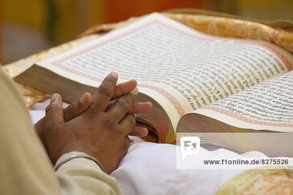 Mann  Buch  offen  frontal  groß  großes  großer  große  großen  Taschenbuch  gefaltet  Indien  Punjab