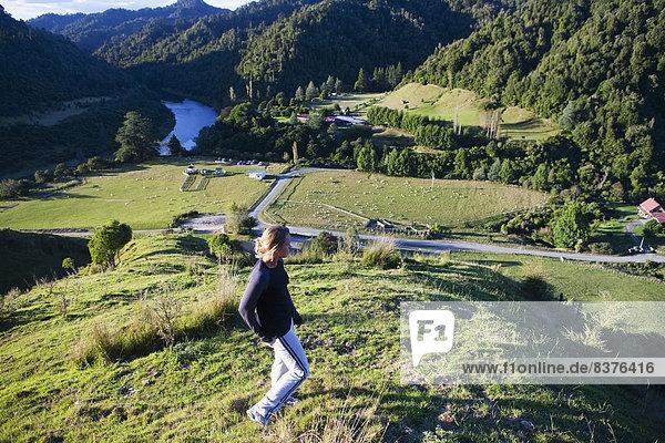 junge Frau junge Frauen Bewunderung Tal Ignoranz Lodge Landhaus blau Ansicht Ente