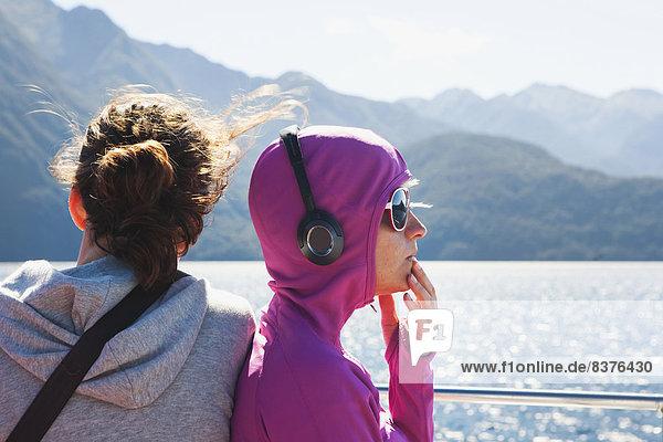 Landschaftlich schön  landschaftlich reizvoll  Fröhlichkeit  Zweifel  See  Fähre  Touristin  Geräusch  Kreuzfahrtschiff  Neuseeland