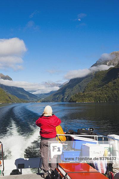 Landschaftlich schön  landschaftlich reizvoll  Fröhlichkeit  Zweifel  See  Touristin  Geräusch  Kreuzfahrtschiff  Neuseeland