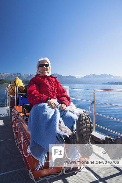 Landschaftlich schön  landschaftlich reizvoll  Fröhlichkeit  Zweifel  See  Boot  Touristin  Geräusch  Kreuzfahrtschiff  Neuseeland