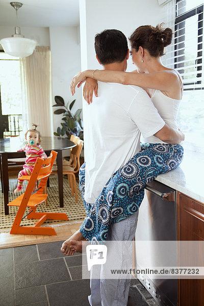 Vereinigte Staaten von Amerika USA Interior zu Hause sehen umarmen Mädchen Baby