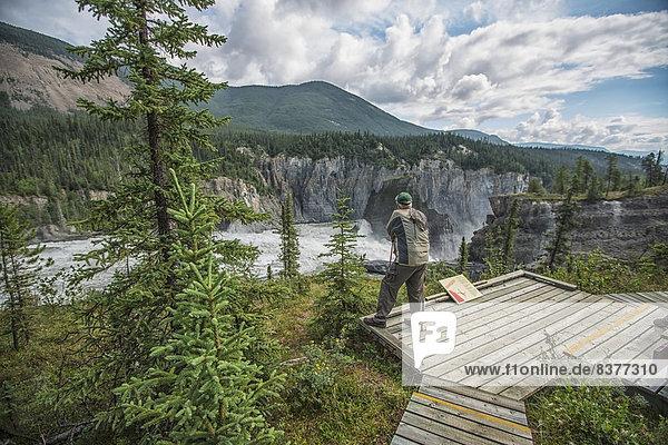 Mann  über  Kanada  Aussichtspunkt  Northwest Territories