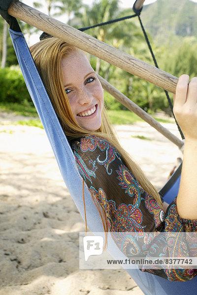 junge Frau junge Frauen Strand Hängematte