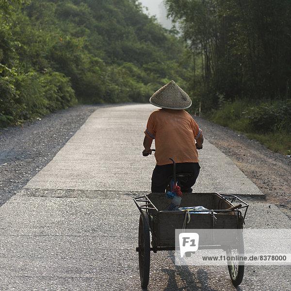 Mann  fahren  Fernverkehrsstraße  Fuhrwerk  Fahrrad  Rad  China  Yangshuo