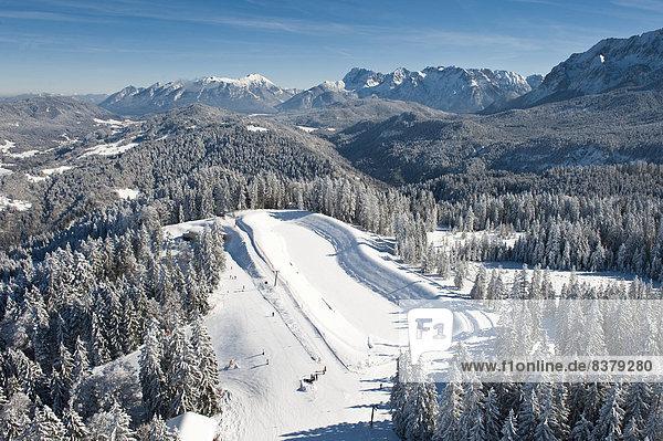 Skifahrer am Hausberg  Winterlandschaft  Garmisch-Partenkirchen  Bayern  Deutschland