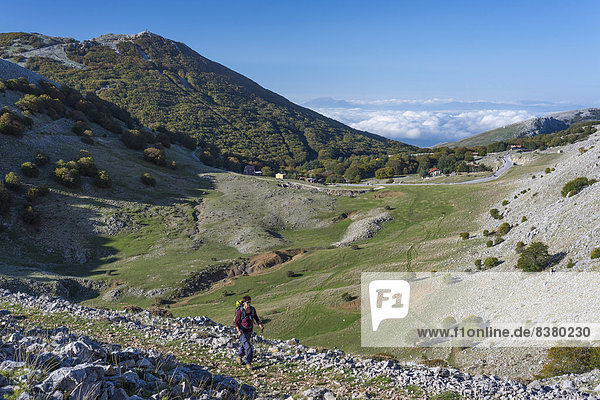 Frau wandert im Naturpark Parco delle Madonie  Geologie-Lehrpfad in der Karstsenke Battaglietta-Polje  bei Petralia Sottana  Sizilien  Italien