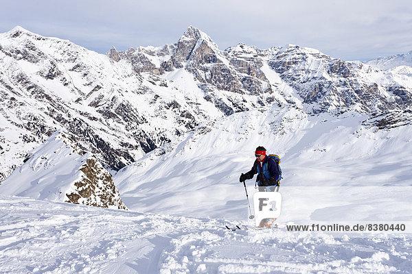 Skitourengeher beim Aufstieg auf die Ellesspitze  hinten der Tribulaun  Südtirol  Italien