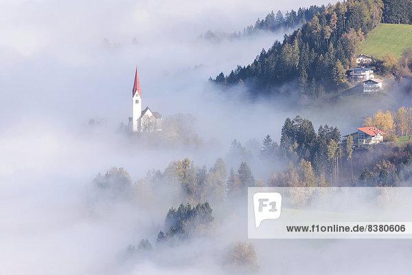 Die Kirche St. Peter im Nebel  Weerberg  Tirol  Österreich