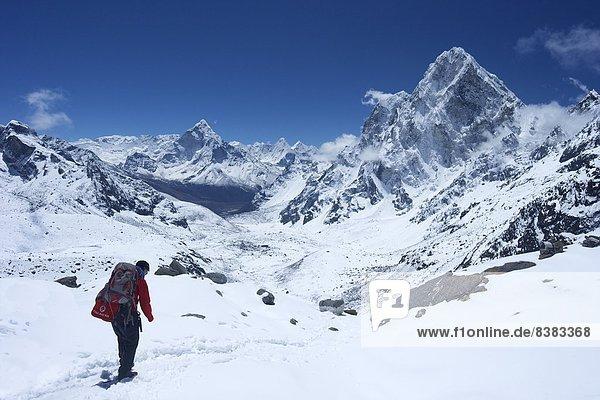 Führung Anleitung führen führt führend gehen über Seitenansicht Himalaya Asien links Nepal rechts