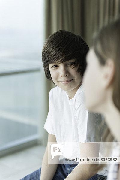 Teenager-Junge lächelt Mädchen an