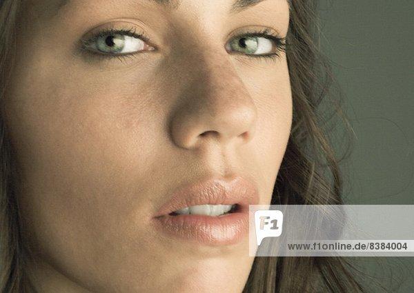 Gesicht einer jungen Frau  Blick in die Kamera  Porträt