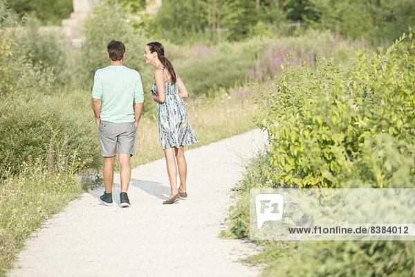 Paare zusammen auf einem Spaziergang durch den Park