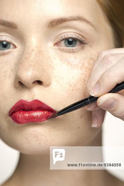 Junge Frau mit Lippenfarbe  Nahaufnahme
